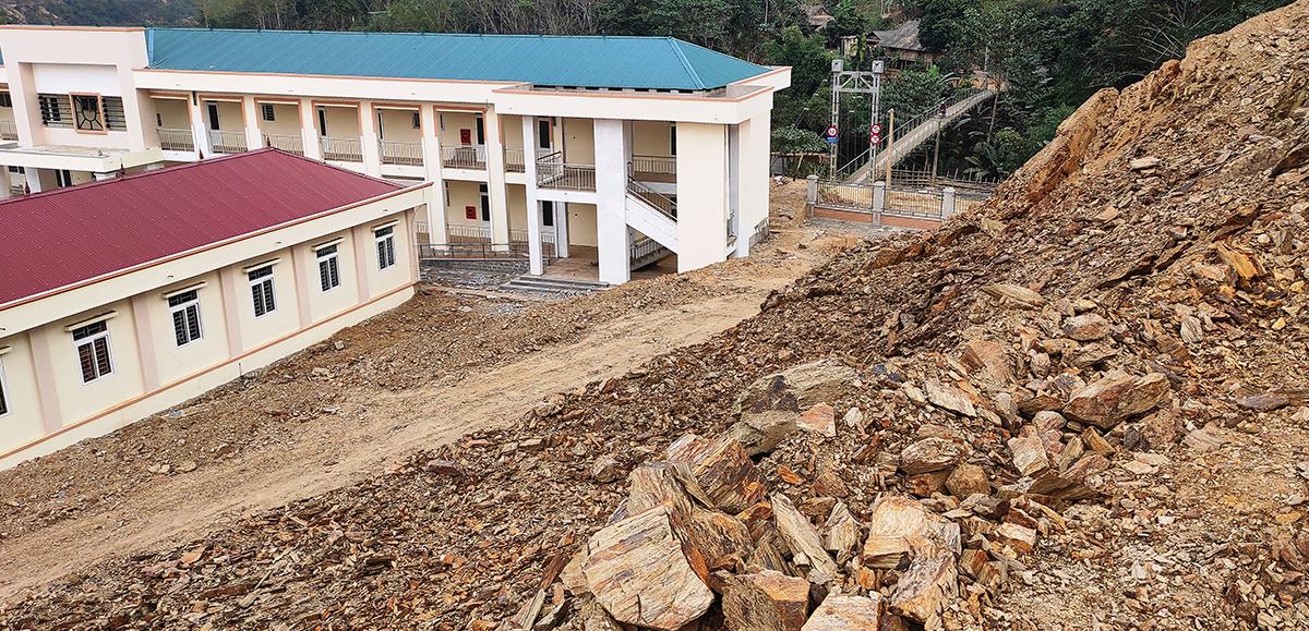 Ngọn đồi sau trường Phổ thông dân tộc bán trú - THCS Trung Thành đang sạt lở mạnh. Ảnh: Lam Sơn.