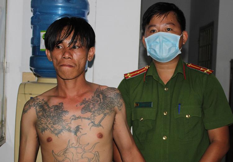 Một người tham gia hỗn chiến bị bắt tại hiện trường. Ảnh: Công an cung cấp