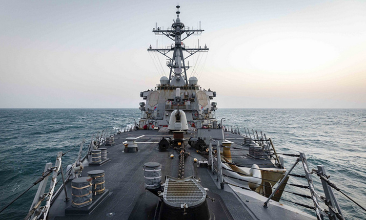 Tàu khu trục USS John S. McCain di chuyển qua eo biển Đài Loan hôm 4/2. Ảnh: US Navy.