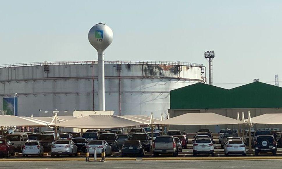 Nhà máy phân phối sản phẩm dầu khí của Aramco tại Jeddah. Ảnh: Reuters.