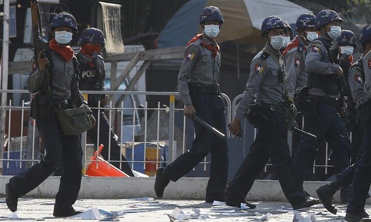 Cảnh sát trang bị vũ khí được triển khai để đối phó người biểu tình ở Yangon hôm 2/3. Ảnh: AFP.