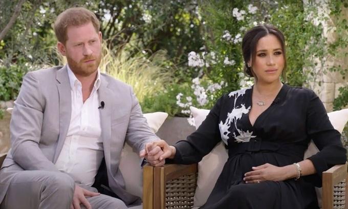Vợ chồng Harry - Meghan trong cuộc phỏng vấn với nữ hoàng truyền thông Mỹ Oprah Winfrey được CBS tiết lộ hôm 28/2. Ảnh: CBS.