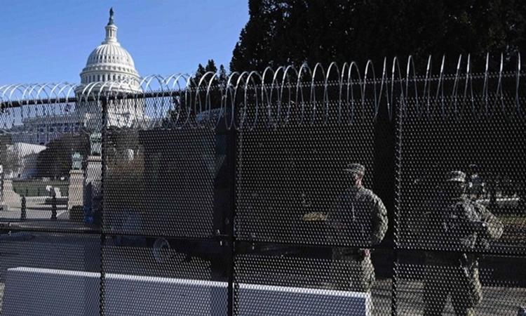 Hàng rào an ninh được dựng lên quanh tòa nhà quốc hội Mỹ ở thủ đô Washington ngày 14/1. Ảnh: AFP.
