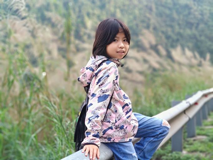Cô bé Tày theo bố xuống Hà Nội học tiếng Anh mỗi tuần