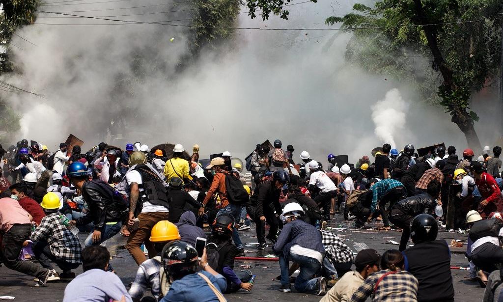 Người biểu tình tại Mandalay hôm 3/3. Ảnh: AFP.