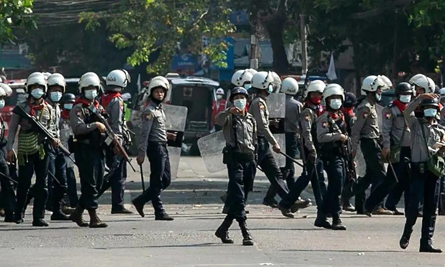 Cảnh sát Myanmar trong một cuộc trấn áp người biểu tình ở Yangon hôm 28/2. Ảnh: AFP