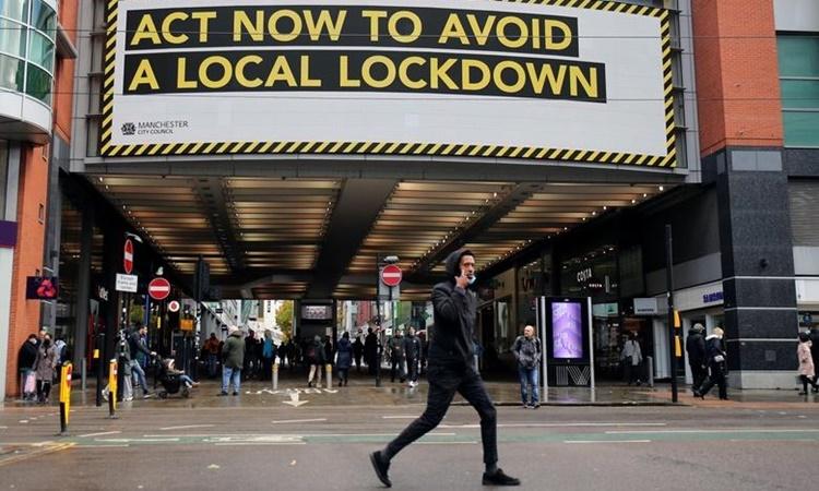 Tấm bảng ghi tông điệp hành động ngay để không bị phong tỏa trên đường phố Manchester, Anh, hồi tháng 10 năm ngoái. Ảnh: Reuters.