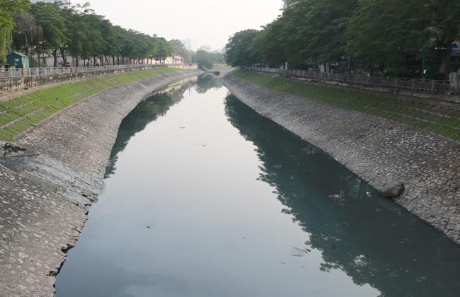 Hơn 10 năm qua, nhiều đề xuất được đưa ra nhưng chất lượng nước sông Tô Lịch vẫn còn ô nhiễm nặng. Ảnh: Tất Định.
