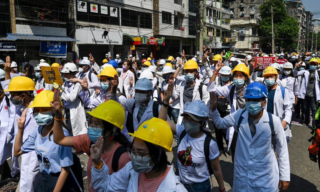 Các nhân viên y tế và sinh viên tham gia biểu tình phản đối đảo chính ở Yangon, Myanmar, hôm nay. Ảnh: AFP.