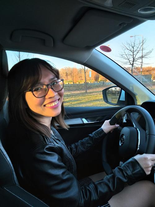 Huyền trong buổi đầu học lái xe ở Đức hồi tháng 2. Ảnh: NVCC.