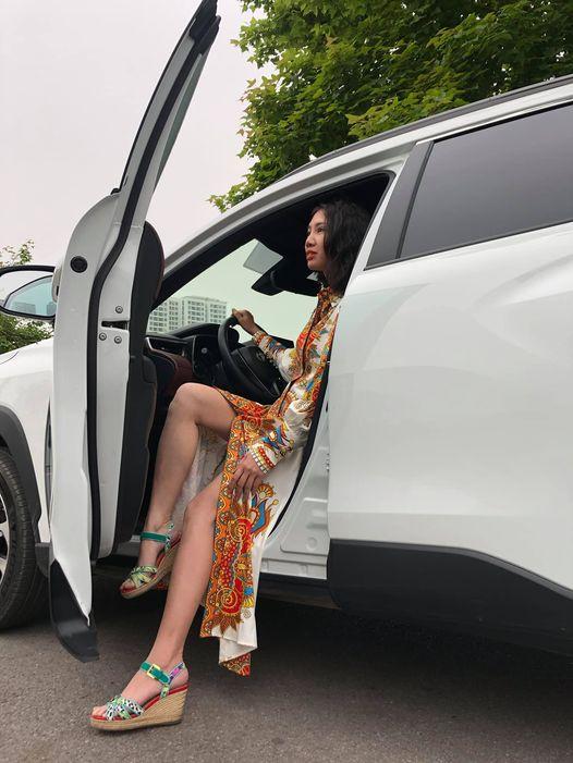 Khi lái xe không nên đi giày cao gót.