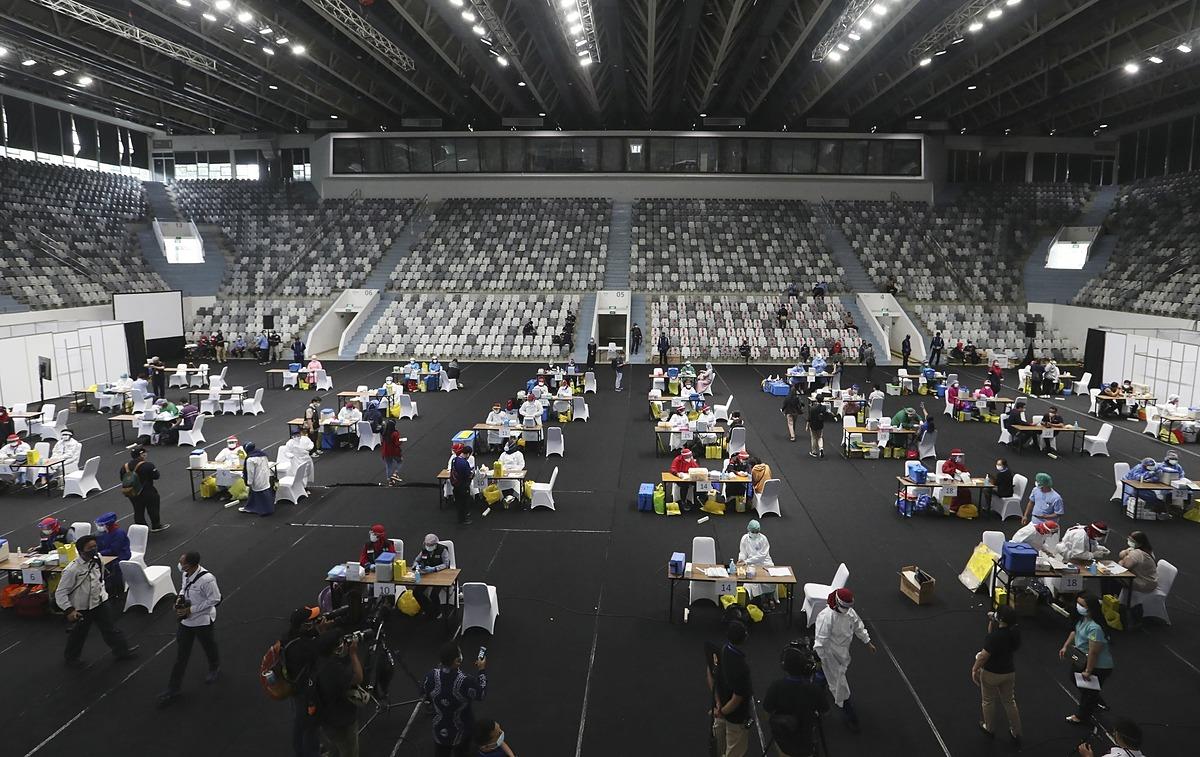 Nhân viên y tế tiêm vaccine tại sân vận động ở Jakarta ngày 4/2. Ảnh: AP.