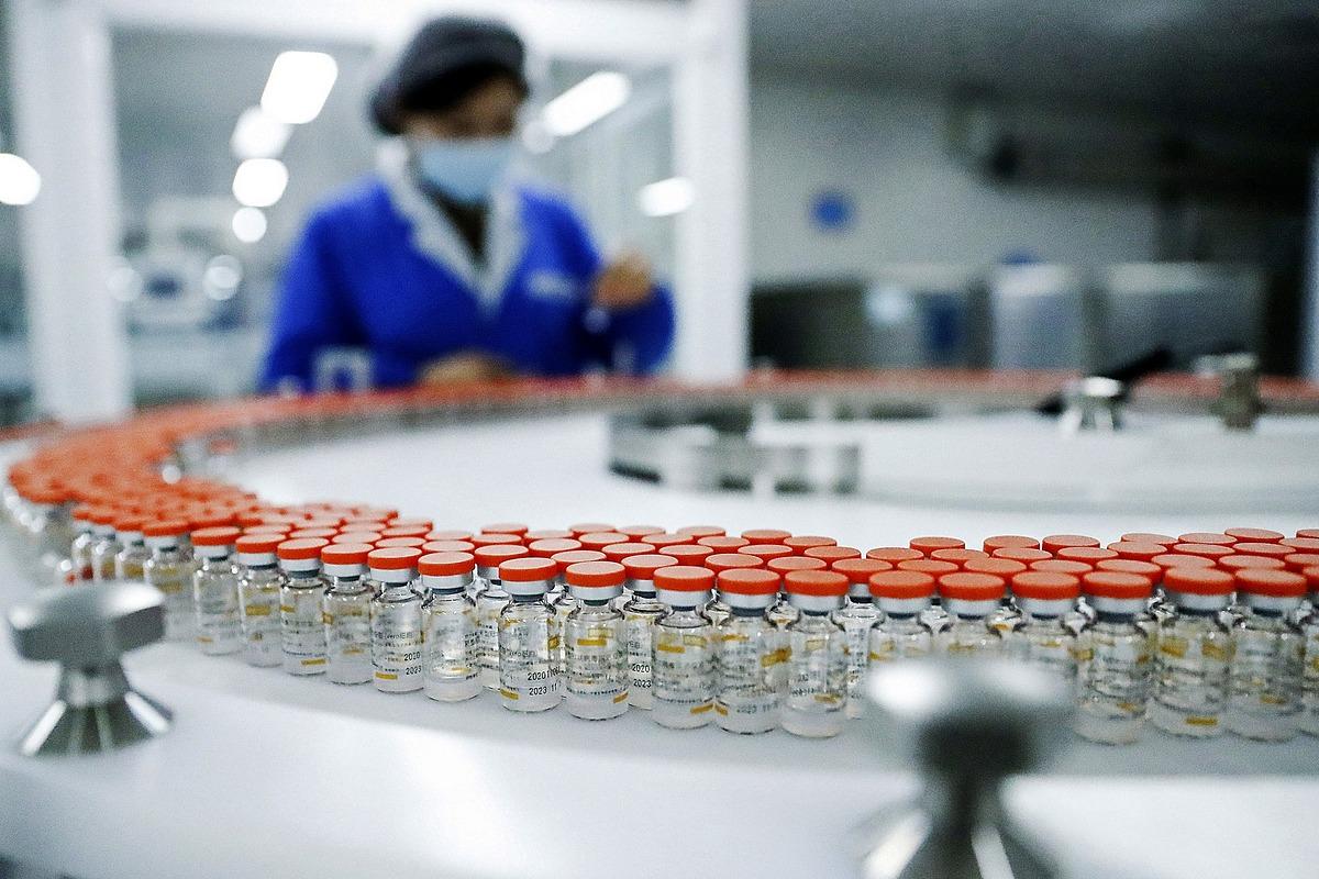 Nhân viên kiểm tra lọ vaccine Sinovac tại dây chuyển đóng gói ở Bắc Kinh hồi tháng một. Ảnh: Xinhua.