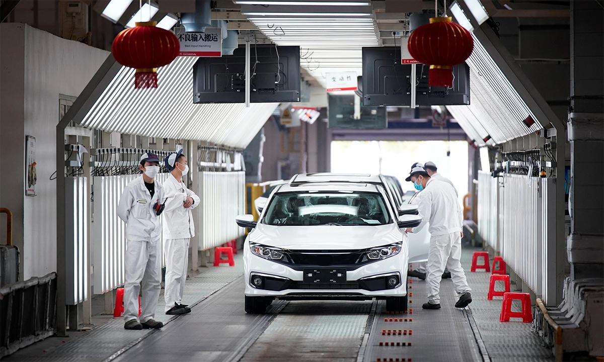Công nhân làm việc tại một nhà máy ô tô ở thành phố Vũ Hán, Trung Quốc, tháng 4/2020. Ảnh: Reuters.