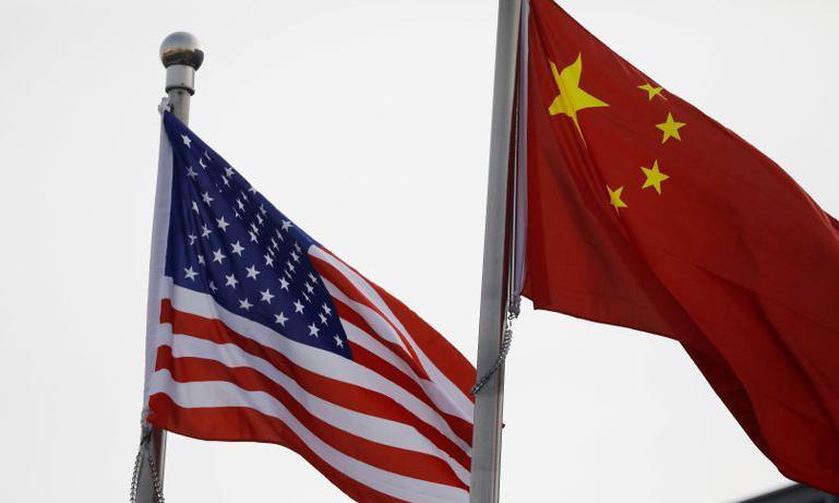 Quốc kỳ Mỹ và Trung Quốc bên ngoài một tòa nhà ở Bắc Kinh. Ảnh: Reuters.