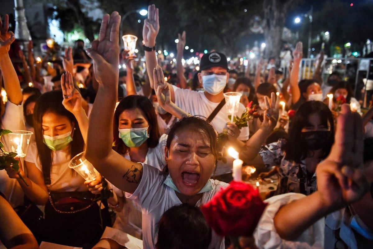 Người Myanmar ở Thái Lan tưởng niệm những người biểu tình chết tại quê nhà ngày 4/3. Ảnh: Reuters.