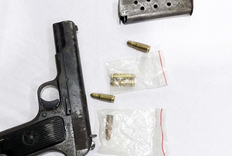Cảnh sát thu giữ khẩu súng tại nơi ở của Duy. Ảnh: Công an cung cấp