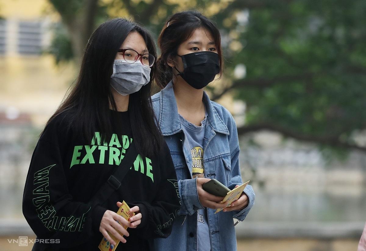 Sinh viên Đại học Bách khoa Hà Nội đeo khẩu trang phòng dịch khi đến trường sau thời gian học online vào cuối năm học trước. Ảnh: Ngọc Thành.