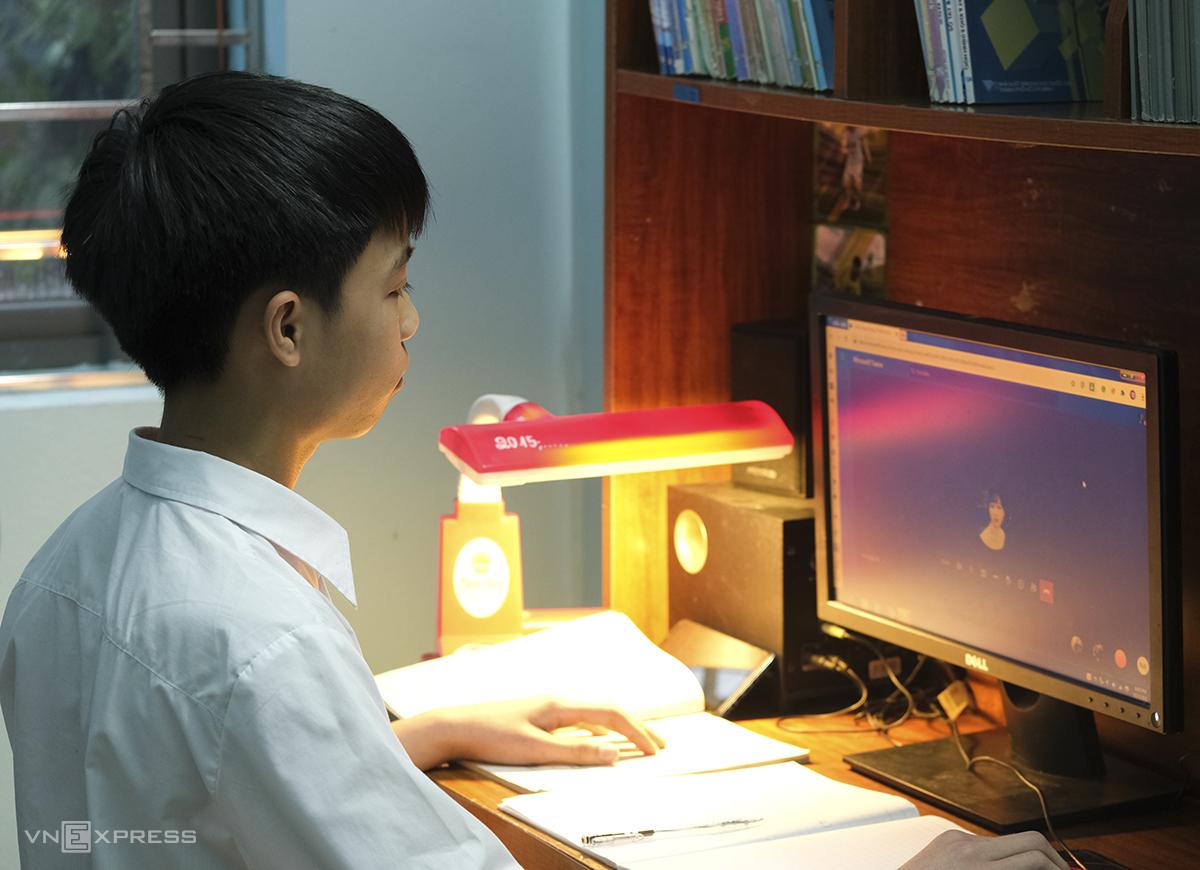 Học sinh trường THCS Đông La vào trao đổi với thầy cô và bạn bè qua MS Teams dù đã đi học tập trung tại trường. Ảnh: Dương Tâm.