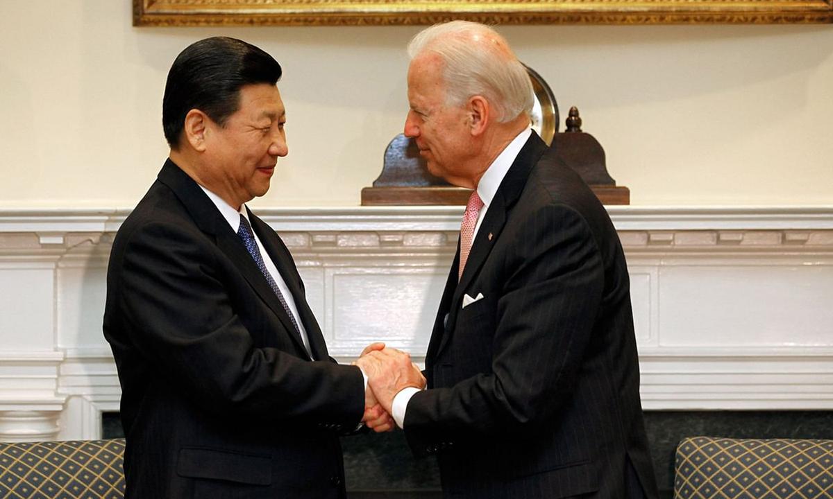 Chủ tịch Tập Cận Bình bắt tay Joe Biden, khi là phó tổng thống Mỹ, tại Nhà Trắng tháng 2/2012. Ảnh: Bloomberg.