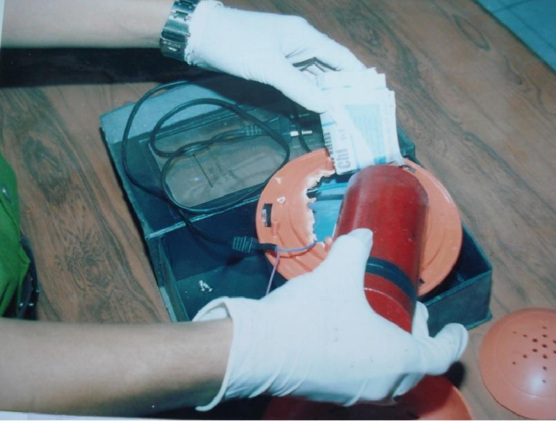 Cán bộ kỹ thuật hình sự khám nghiệm quả nổ tự tạo trong vụ tống tiền siêu thị Co-op Mart Cống Quỳnh năm 2006. Ảnh: Nhân vật cung cấp