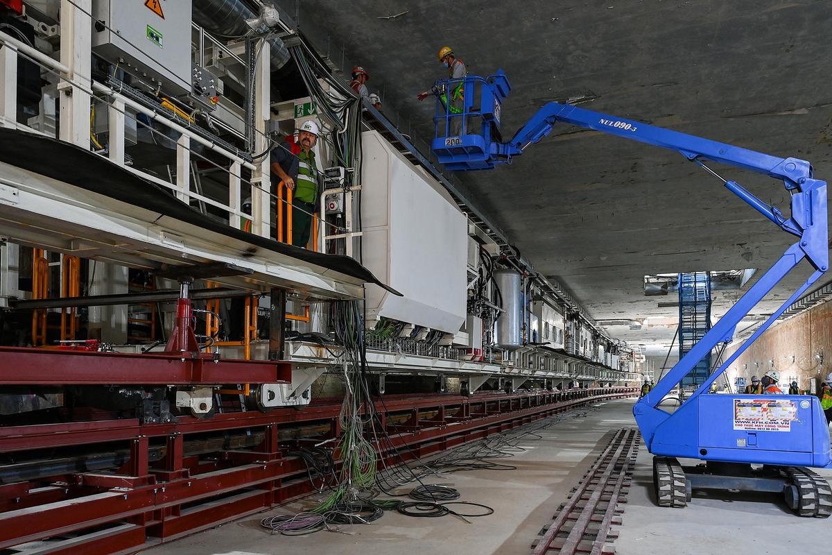 Chuyên gia nước ngoài và đội ngũ kỹ sư Việt Nam phối hợp hoàn thành việc lắp ráp robot đào ngầm tại nhà ga S9 (ga ngầm Kim Mã). Ảnh: Giang Huy.
