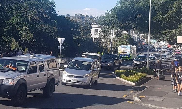 Cảnh tắc đường khi người dân sơ tán sau cảnh báo sóng thần ở thành phố Whangārei trên Đảo Bắc, New Zealand hôm nay. Ảnh: AP.