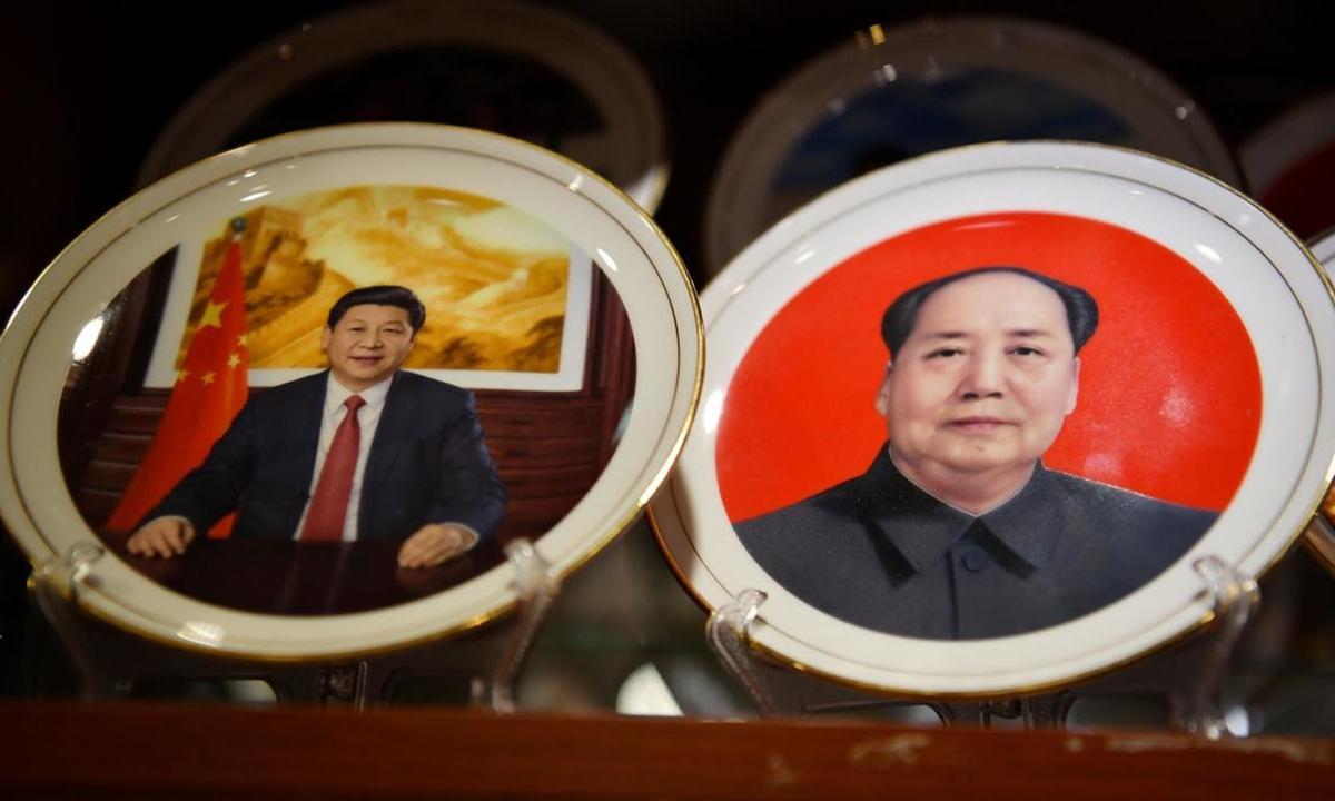 Đĩa kỷ niệm in hình Chủ tịch Tập Cận Bình (trái) và cố lãnh đạo Mao Trạch Đông tại một cửa hàng ở Bắc Kinh hôm 2/3. Ảnh: AFP.
