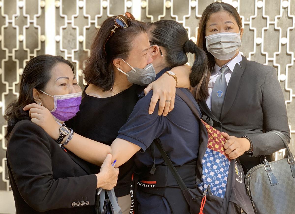 Mẹ con bị đơn ôm nhau khóc sau phiên xử, hai nữ luật sư cũng không kìm được nước mắt. Ảnh: Dương Trang.