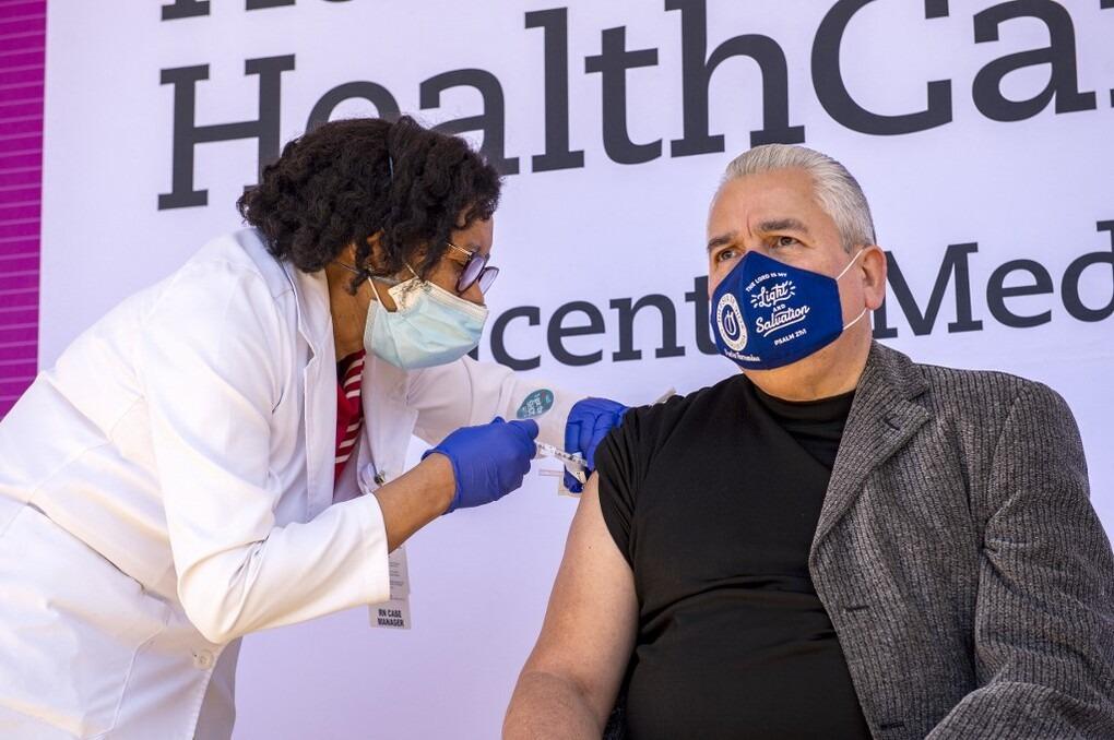 Một người được tiêm vaccine ở Connecticut, Mỹ ngày 26/2. Ảnh: AFP.