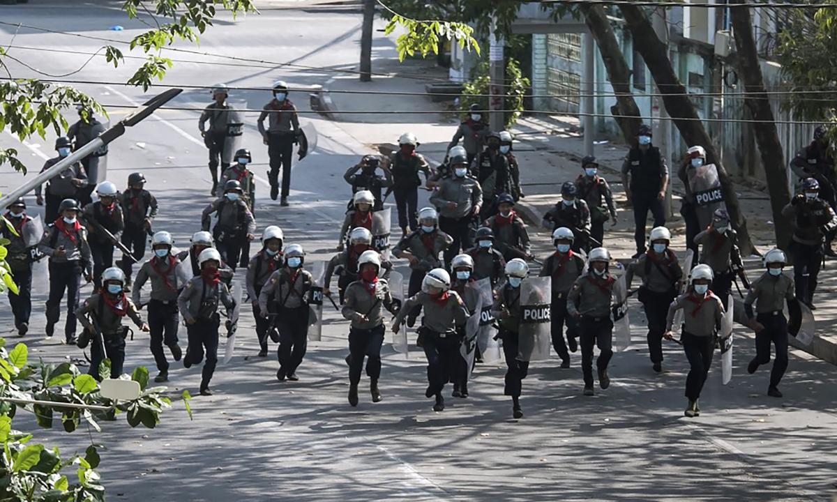 Cảnh sát Myanmar tham gia giải tán biểu tình ở thành phố Yangon, ngày 3/3. Ảnh: AFP.