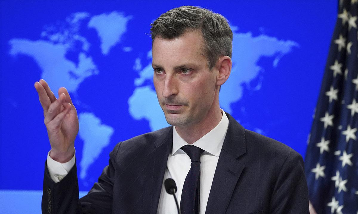 Phát ngôn viên Bộ Ngoại giao Mỹ Ned Price trong cuộc họp báo ngày 8/2. Ảnh: Reuters.