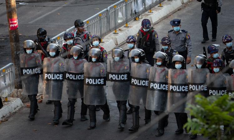 Cảnh sát Myanmar triển khai lực lượng chống người biểu tình ở Yangon hôm 5/3. Ảnh: Reuters.