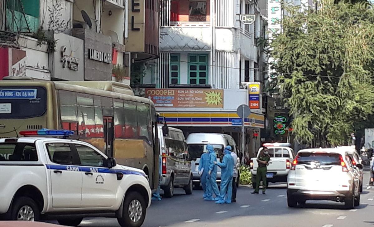 Nhân viên y tế mặc đồ bảo vệ lấy mẫu xét nghiệm của 35 người nước ngoài ở khách sạn. Ảnh: Đinh Sự.