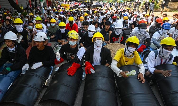 Người biểu tình phản đối đảo chính ở thành phố Yangon, Myananmar hôm 5/3. Ảnh: AFP.