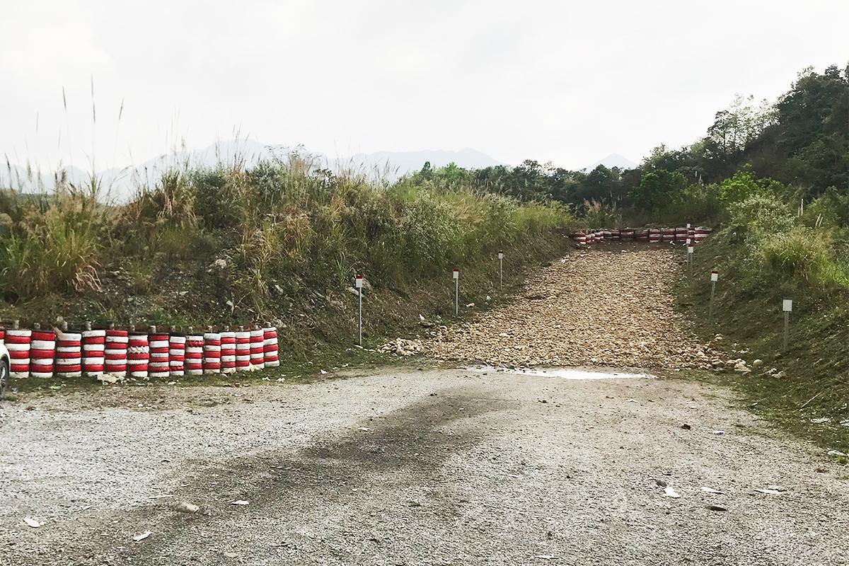Một đoạn tường lốp và hốc cứu nạn tại đèo Khau Múc, huyện Thạch An, Cao Bằng. Ảnh: Anh Duy.