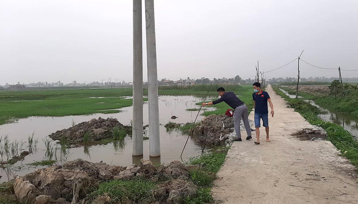 Chân cột điện có hố sâu hơn 1,5 m chứa đầy nước khiến hai bé tử vong. Ảnh: Lam Sơn.