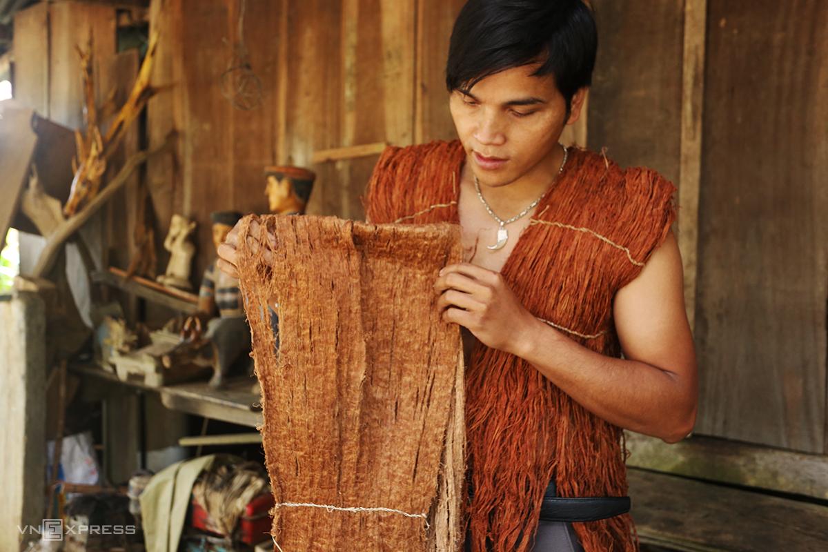 Người Cơ Tu trước đây dùng vỏ cây làm áo mặc. Ảnh: Đắc Thành.