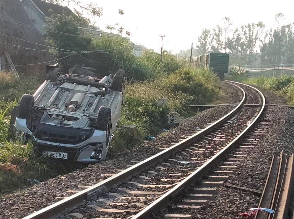 Ôtô bị tàu hỏa hất văng 10m