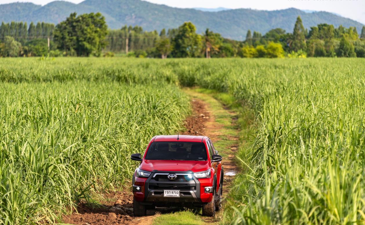 Một mẫu Toyota Hilux lăn bánh tại Thái Lan. Ảnh: Motortrivia