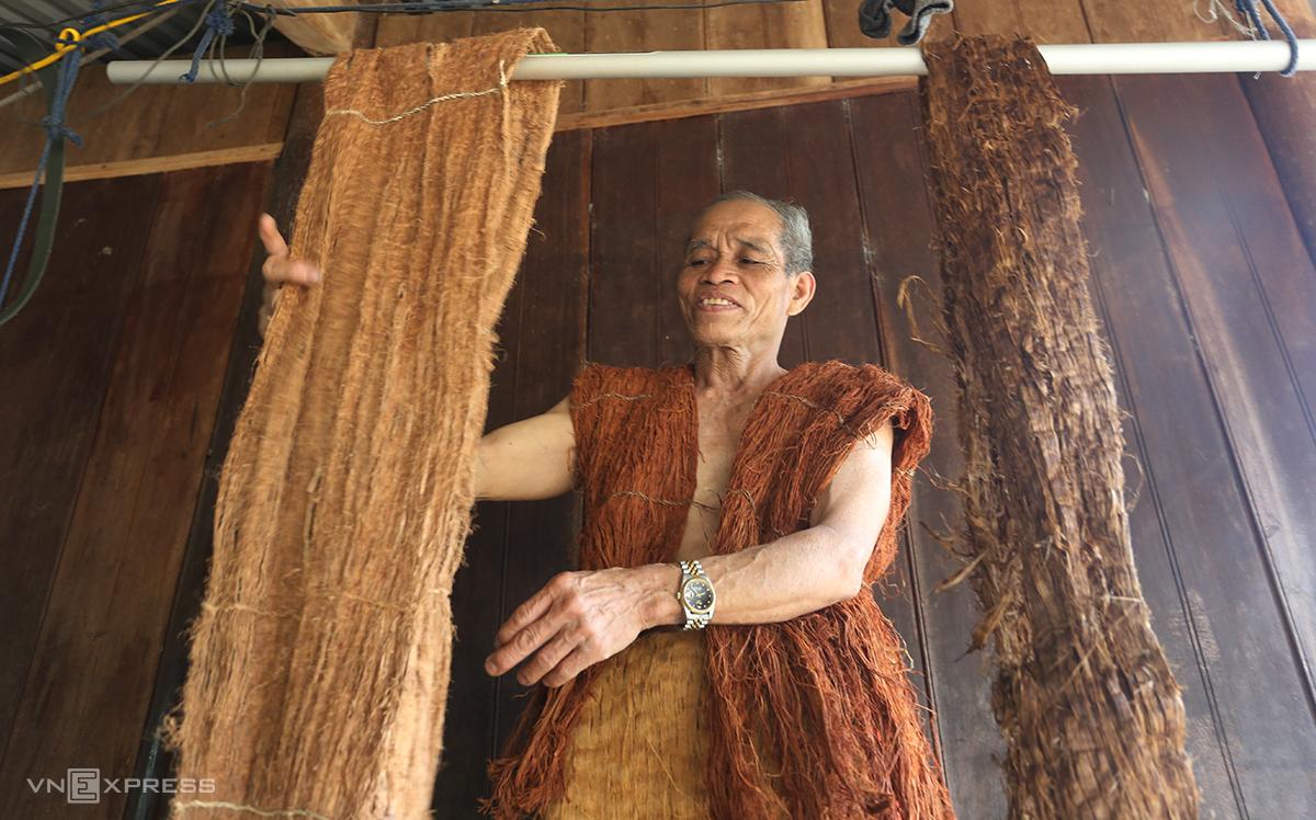 Ông C'lâu Blao mang bộ trang phục bằng vỏ cây. Ảnh: Đắc Thành.