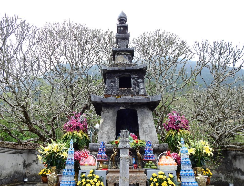 Tượng Phật Hoàng Trần Nhân Tông được tạo tác và bài trí trong tháp Huệ Quang, Yên Tử từ thế kỷ 17 cho đến nay. Ảnh: Minh Cương