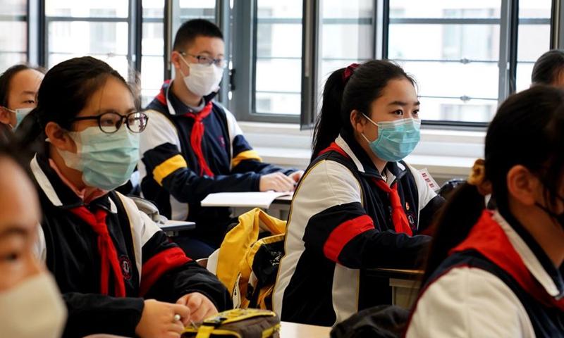 Học sinh lớp 9 , trường THCS số 1, thuộc Đại học Sư phạm Đông Trung Quốc, tham gia buổi học tháng 4/2020. Ảnh: Xinhua