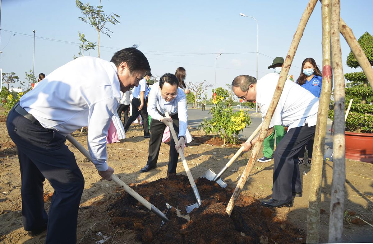 Chủ tịch UBND TP HCM Nguyễn Thành Phong (trái) cùng lãnh đạo TP Thủ Đức và nguyên lãnh đạo TP HCM trồng cây sáng 7/3. Ảnh: Trung Sơn.