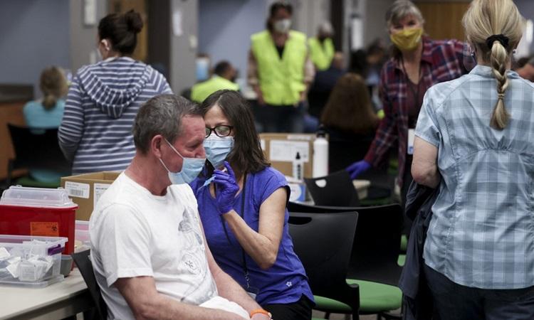 Nhân viên y tế Mỹ tiêm vaccine Covid-19 cho người dân tại bang Colorado hôm 6/3. Ảnh: AFP.