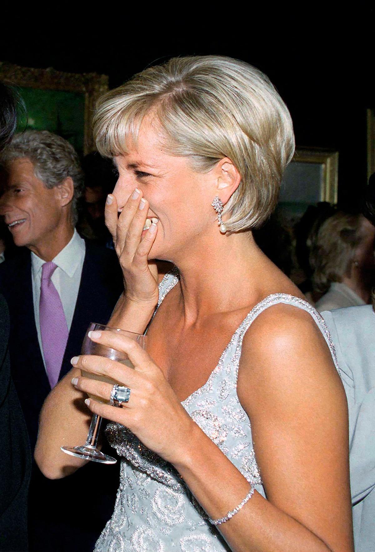 Công nương Diana đeo lắc tay kim cương của hãng Cartier trong tiệc tiền đấu giá váy áo của Christie năm 1997. Ảnh: Tim Graham.