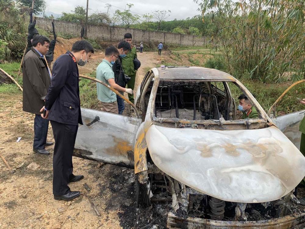 Chiếc ô tô bị bảo đốt cháy. Ảnh: Công an TP Hạ Long