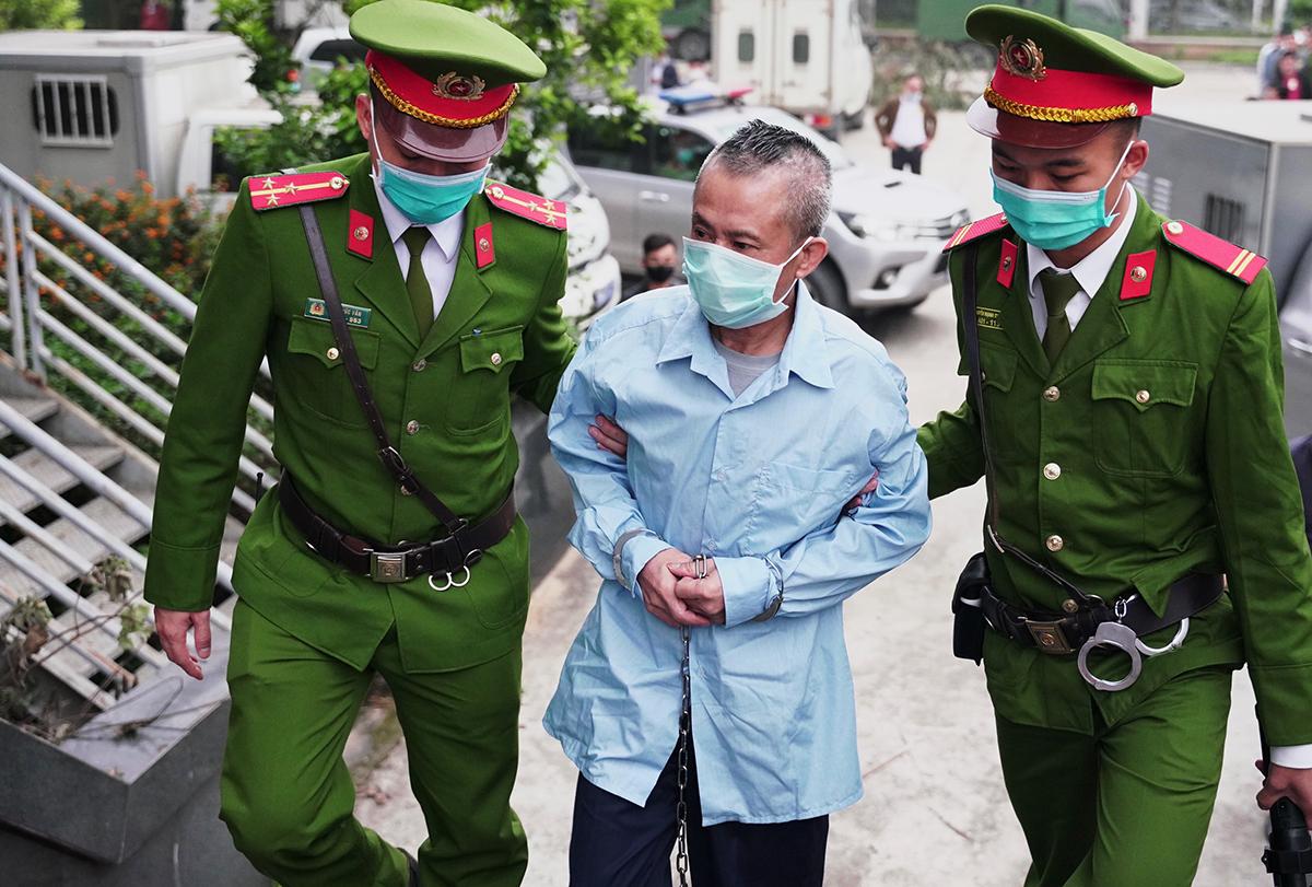 Bị cáo Lê Đình Công bị dẫn giải đến toà. Ảnh: Ngọc Thành.
