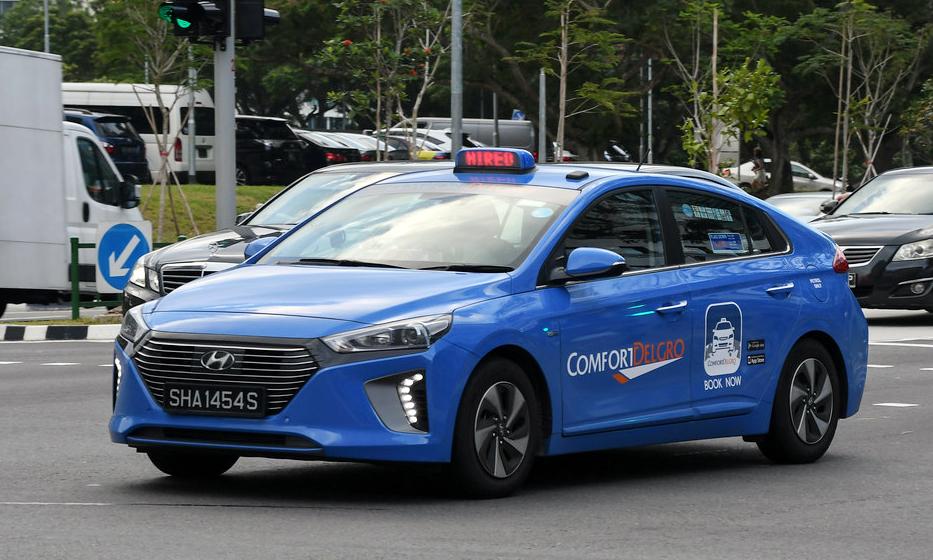 Một chiếc taxi động cơ hybrid (xăng-điện) ở Singapore. Ảnh: Flickr