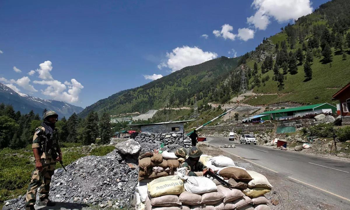Lính Ấn Độ gác tại một trạm kiểm soát biên giới ở Kashmir tháng 6/2010. Ảnh: Reuters.